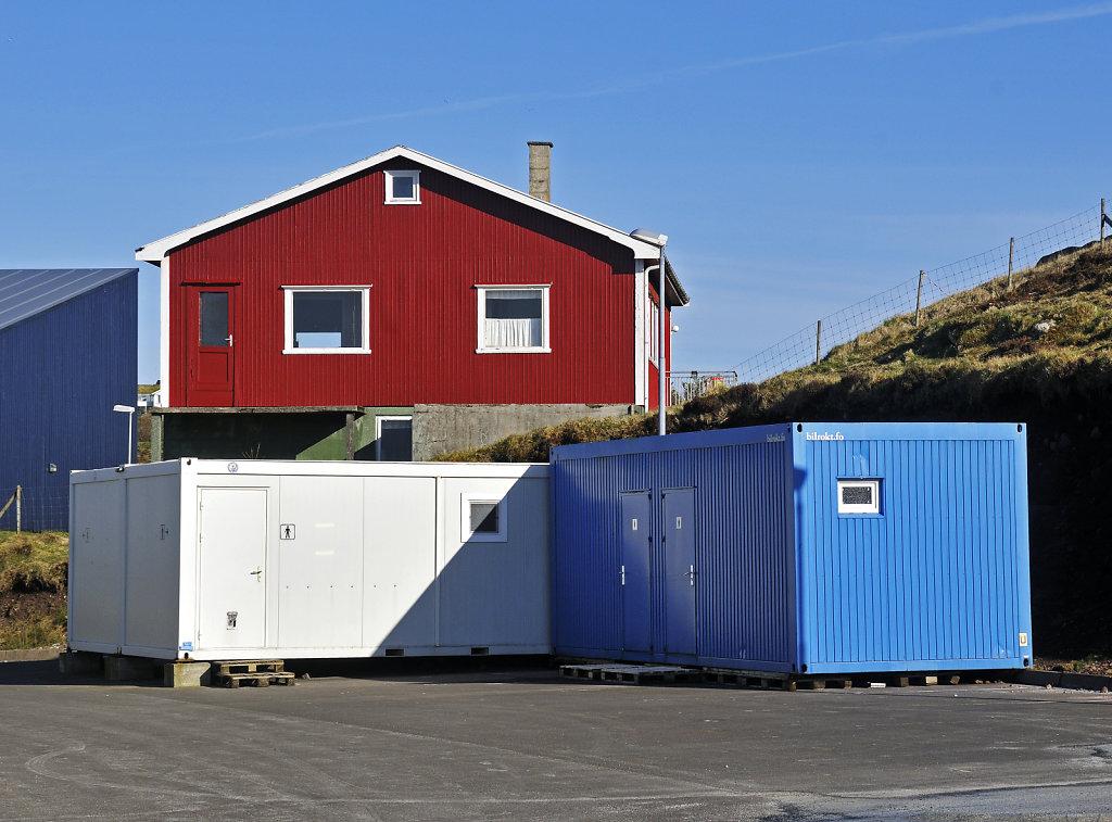 färöer inseln - thorshaven - am stadium - blau weiß rot