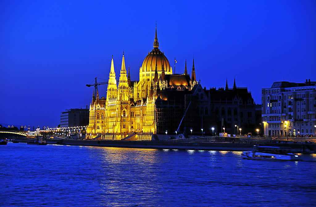 ungarn - budapest - night shots - parlament   blaue stunde