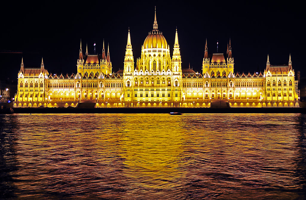 ungarn - budapest - night shots - parlament teil 4