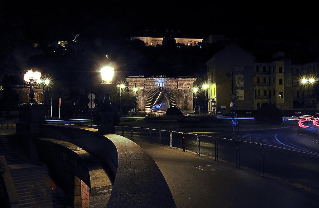 ungarn - budapest - night shots - der tunneleingang