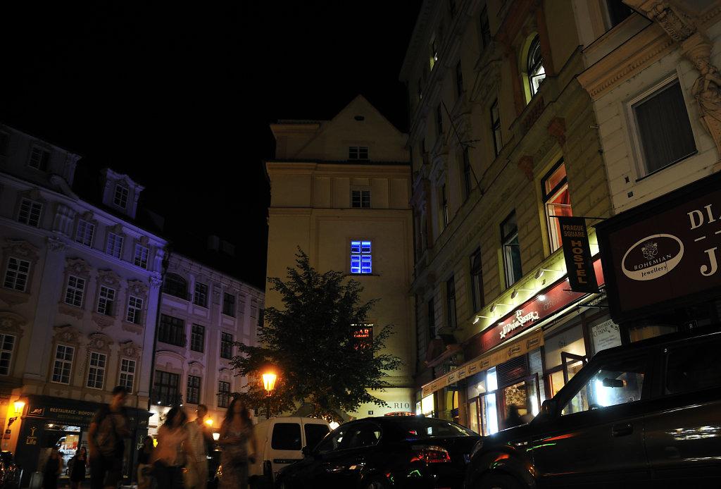 tschechien - prag - night shots -  das blaue fenster