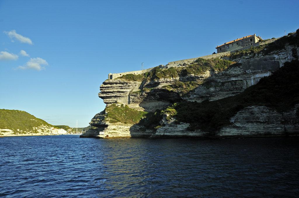 korsika  bonifacio - vom schiff aus - die hafeneinfahrt teil 2