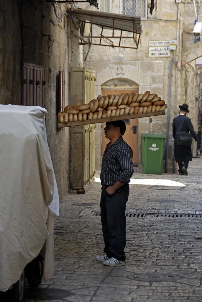 israel – jerusalem - morgens in der altstadt - balanceakt