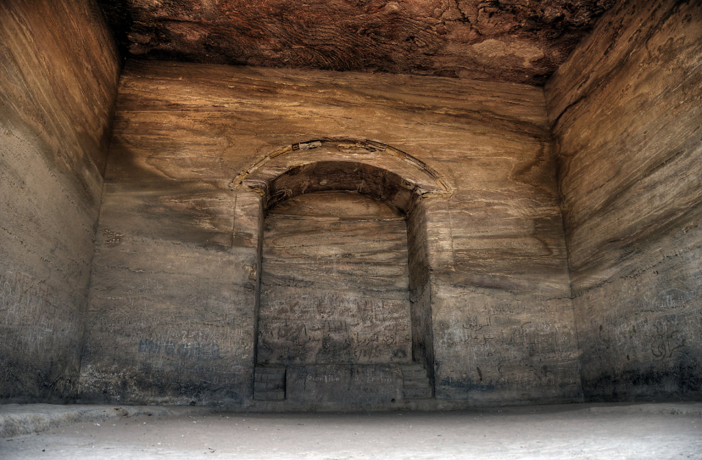 jordanien - petra - el-deir - die felsenhalle