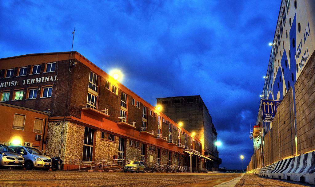 italien - livorno - cruise terminal  blaue stunde