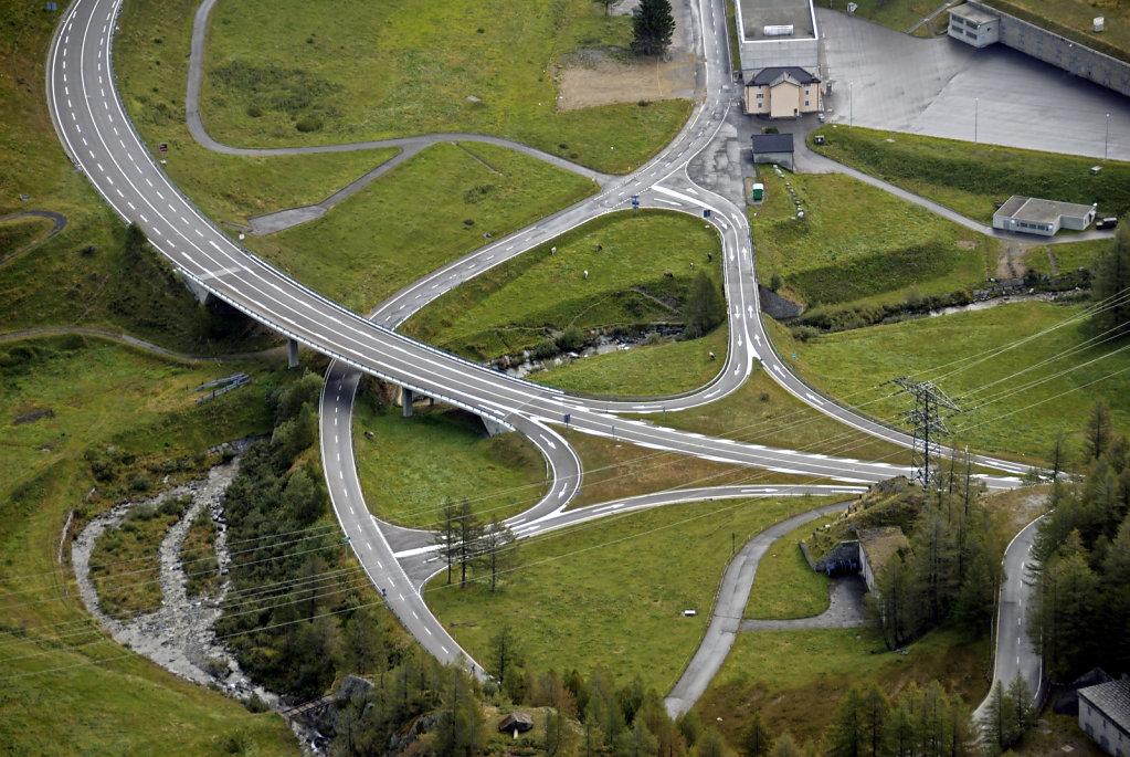 schweiz - gotthardpass  - kreuzungspunkt