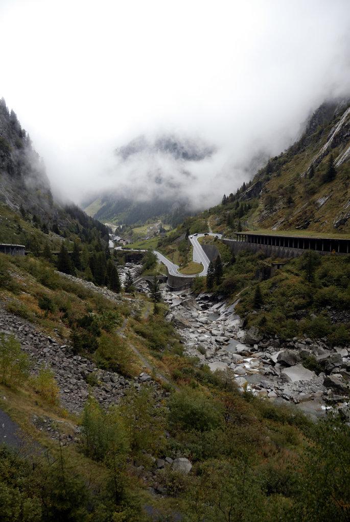 schweiz - gotthardpass  - der abstieg