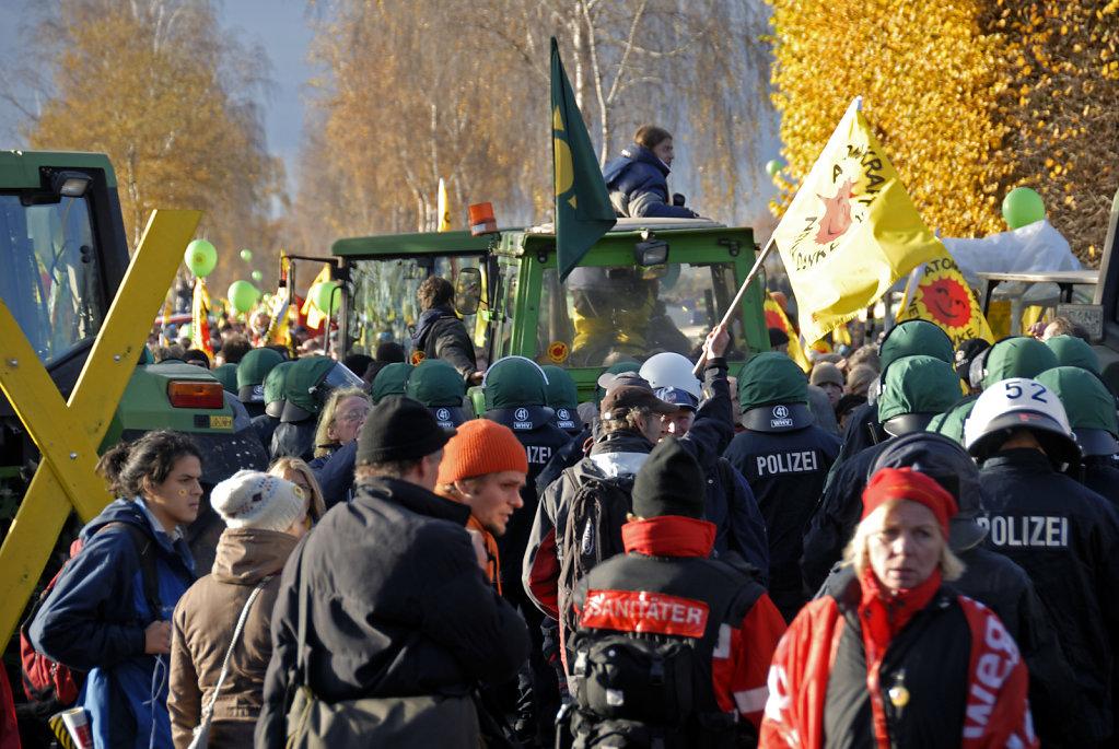 castor november 2010 –   treckerblockade in splietau (03)