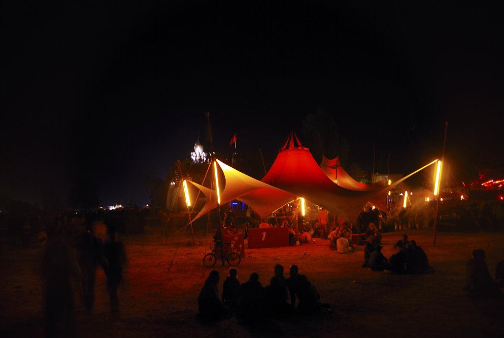 fusion festival 2008 nachts (08) - vor`m haupttresen
