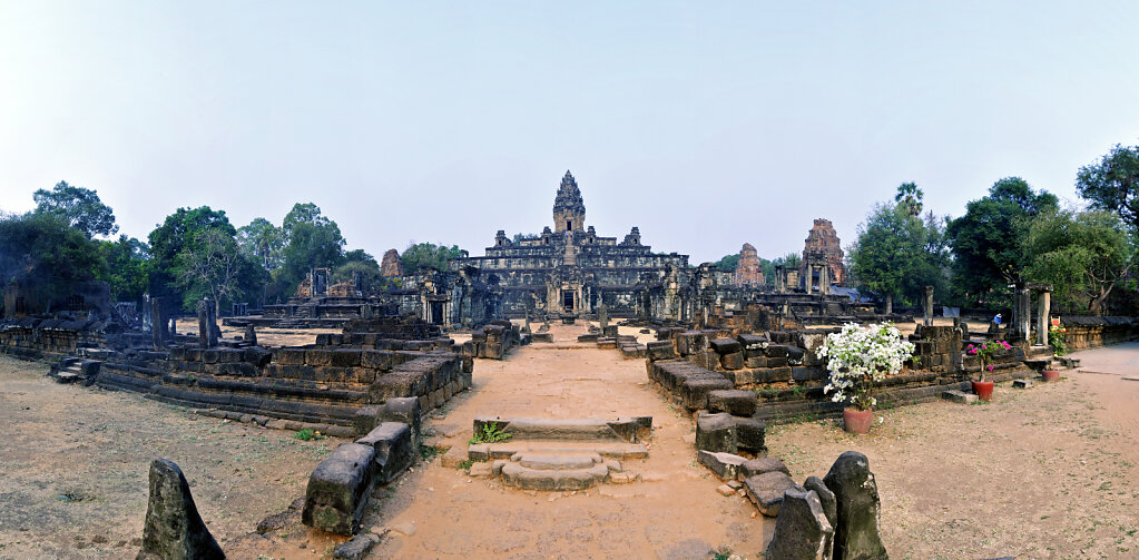 kambodscha - tempel von anghor -  bakong  teilpanorama  teil dre